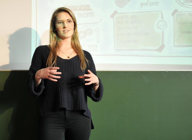Schülerin in einer Präsentation präsentiert
